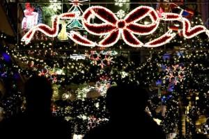 Μαγευτικό: Αυτή είναι η πρώτη ελληνική πόλη που στόλισε Χριστουγεννιάτικο δέντρο! (video)