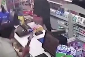 Επικό βίντεο: Πήγαν να τον κλέψουν και τους κυνήγησε με το σκουπόξυλο!