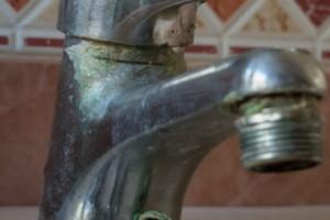 Πώς βγαίνουν εύκολα τα άλατα στον νεροχύτη και την βρύση; (video)