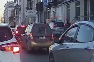 Σοκ: Αυτοκίνητο πέφτει πάνω σε πεζούς: Σε κώμα ένα 2χρονο αγγελούδι!
