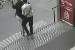 Σοκαριστικό βίντεο: O τζιχαντιστής της Μελβούρνης καρφώνει με μαχαίρι τον λαιμό του θύματός του!