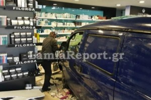 """Χαμός στη Λαμία: Φορτηγάκι """"μπούκαρε"""" σε φαρμακείο!"""