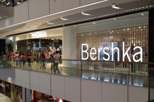 Bershka: Η ολόσωμη φόρμα για το γραφείο που κοστίζει κάτω από 26 ευρώ!