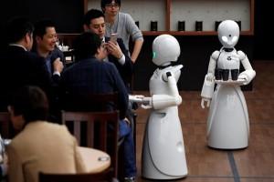 Η φωτογραφία της ημέρας: Σερβιτόροι ρομπότ εξυπηρετούν πελάτες στο Τόκιο!