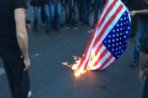 Έκαψαν την αμερικάνικη σημαία σε Θεσσαλονίκη και Αθήνα!