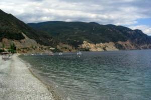 Η ελληνική παραλία κοντά στην Αθήνα για να κάνεις μπάνιο ακόμα και τώρα!