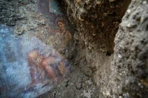 Ανακάλυψη στην Πομπηία: Στο φως τοιχογραφία με τον έρωτα του Δία και της Λήδας!