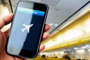 Το γνωρίζατε; Ο πραγματικός λόγος που μας λένε να κλείνουμε τα κινητά μας στο αεροπλάνο!