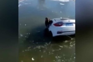 Έπος: Μπέρδεψε το φρένο με το γκάζι και κατέληξε... στη λίμνη! (video)