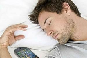 Προσοχή: Δείτε γιατί δεν πρέπει να κοιμάστε με το κινητό στο χέρι!