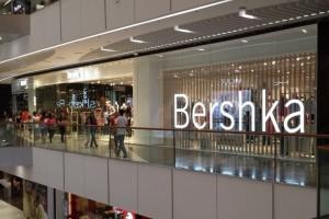 Bershka: Το απόλυτο little black dress κοστίζει κάτω από 20 ευρώ!