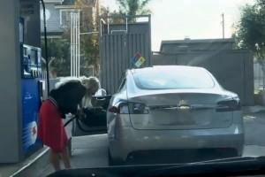 Έπος: Ξανθιά προσπαθεί να βάλει βενζίνη σε ηλεκτρικό αυτοκίνητο! (video)