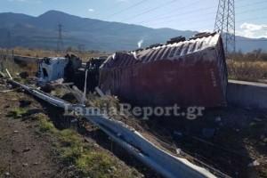 Τροχαίο στη Λαμία: Αναποδογύρισε νταλίκα, γλίτωσε από θαύμα ο οδηγός! (photos)