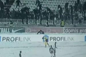 Έπος: Οπαδοί της Παρτιζάν πετάνε χιονόμπαλες στον επόπτη! (video)