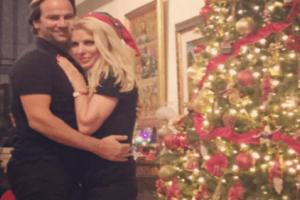 Ελένη Μενεγάκη: Οι τρυφερές αγκαλιές με τον Ματέο στην Άνδρο σε Χριστουγεννιάτικη εκδήλωση!