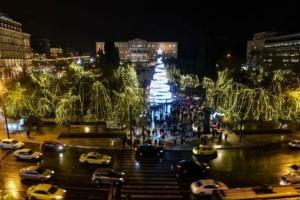 """Η Αθήνα """"έβαλε"""" τα καλά της! Άναψαν τα φώτα στο χριστουγεννιάτικο δέντρο"""