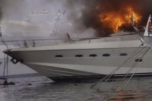 Πυρκαγιά σε σκάφος στην τέταρτη μαρίνα Γλυφάδας!