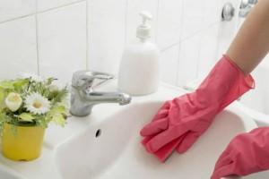Πώς να φτιάξετε καθαριστικό από φυσικά υλικά και έλαιο τσαγιού για να φρεσκάρετε το μπάνιο σας!