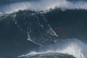 Εικόνες που κόβουν την ανάσα: Σέρφερ «δάμασε» κύμα ύψους 30,5 μ. (Video)