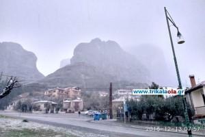 Μαγικές εικόνες: Χιονίζει στην Καλαμπάκα! (video)