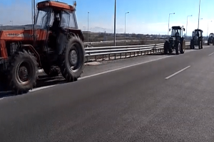 Στους δρόμους βγήκαν οι αγρότες! - Κλειστή η εθνική στο ύψος της Καρδίτσας! (Video)