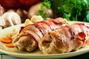 Πεντανόστιμα ρολά κοτόπουλου με μπέικον
