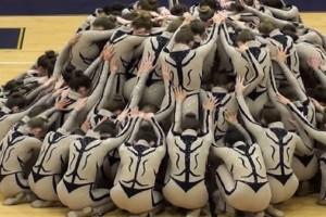 Δεν περίμεναν κάτι τέτοιο: Οι χορεύτριες πήραν τη θέση τους και ξεκίνησε η μουσική - Όταν γύρισαν από μπροστά… (video)