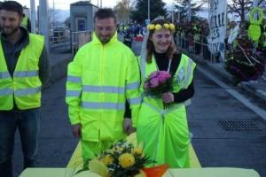 Γάμος στις κινητοποιήσεις των «κίτρινων γιλέκων»: Ζευγάρι διαδηλωτών παντρεύτηκε στα οδοφράγματα