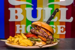 Bull House: Βρήκαμε που θα φας το καλύτερο burger της πόλης!