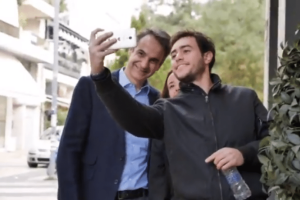 Ο Μητσοτάκης ξαναχτυπά! Οι νέες βόλτες που τον κάνουν να κοκκινίζει (video)