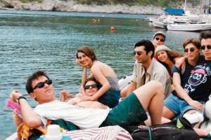 8 πράγματα που ήταν τελείως διαφορετικά στην Ελλάδα όταν παιζόταν το «Λόγω Τιμής»!