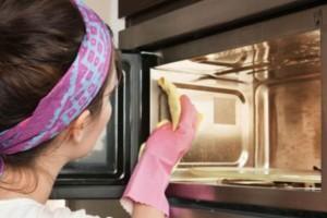Έτσι θα καθαρίσετε πανεύκολα το φούρνο μικροκυμάτων!