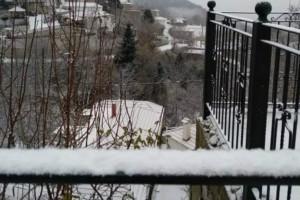 Λάρισα: Στα λευκά τα ορεινά του νομού! Χιόνι σε Φάρσαλα και Μακρυχώρι (video)