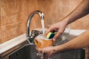 Πλένεις τα πιάτα στο χέρι; Αυτό το κόλπο θα σου λύσει τα χέρια…
