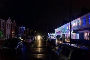 Βρετανία: Ο δρόμος που είναι μισός στολισμένος για τα Χριστούγεννα και μισός στο σκοτάδι! (photo)