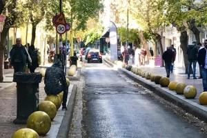 Σοκαριστικό: Παίζουν ξύλο στη μέση του δρόμου στην πλατεία Βικτωρίας! (video)