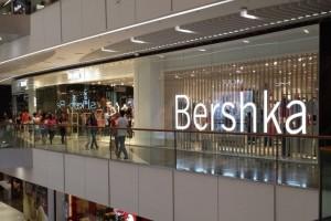 Bershka: Το απόλυτο little black dress κοστίζει μόνο 13 ευρώ!