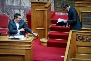 """""""Κυριάκο, κάτι σου έπεσε""""! Η αστεία στιγμή με Τσίπρα και Μητσοτάκη στη Βουλή! (photos)"""