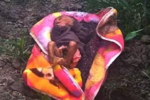 Φρίκη: Γονείς τέρατα έθαψαν ζωντανό το νεογέννητο μωρό τους! (photos)