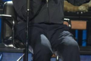 Σοκάρει η εμφάνιση πασίγνωστου τραγουδιστή! Στην σκηνή καθηλωμένος σε αναπηρικό καροτσάκι (video)