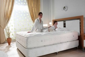 Πώς θα καθαρίσεις γρήγορα και οικονομικά το στρώμα του κρεβατιού!