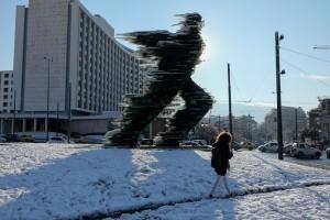 Η φωτογραφία της ημέρας: Ο Δρομέας στο Hilton πασπαλισμένος με χιόνι!