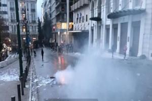 Συλλαλητήριο για τη Μακεδονία: «Βομβαρδισμένο τοπίο» το Σύνταγμα μετά τα αιματηρά επεισόδια! (Photos & Video)