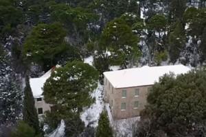 Μοναδικές εικόνες από το χιονισμένο Τατόι!