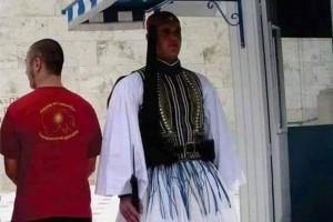 Σκοπιανός ποζάρει πίσω από εύζωνα φορώντας τη μπλούζα της «Μεγάλης Μακεδονίας»!