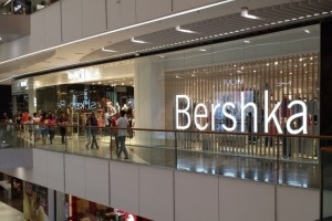 Bershka: Η πιο σέξι ολόσωμη φόρμα για τις βραδινές σου εμφανίσεις κοστίζει κάτω από 30 ευρώ!