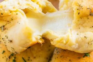 Ζεστά, αφράτα ψωμάκια με τυρί έτοιμα σε λιγότερο από 10 λεπτά!
