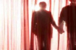 """""""Μην κοιτάξεις πίσω απ' την κουρτίνα, είμαστε νεκροί"""" - Το μήνυμα στην καμαριέρα και η τρομακτική αποκάλυψη"""