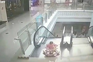 Βίντεο σοκ: Μωρό εννέα μηνών έπεσε με τη στράτα του από κυλιόμενη σκάλα