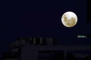 Εντυπωσιακές εικόνες: Ολική έκλειψη Σελήνης και πανσέληνος!